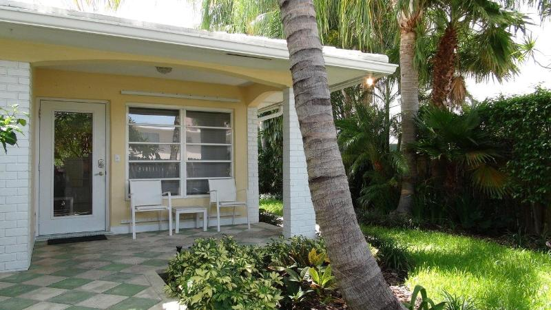 Exterior of this beautiful 2 bed 2 bath beach apartment. 711 Antioch Ave., F. Lauderdale, FL 33304 - Stunning 2/2 cottage apartment - vacationers dream - Fort Lauderdale - rentals