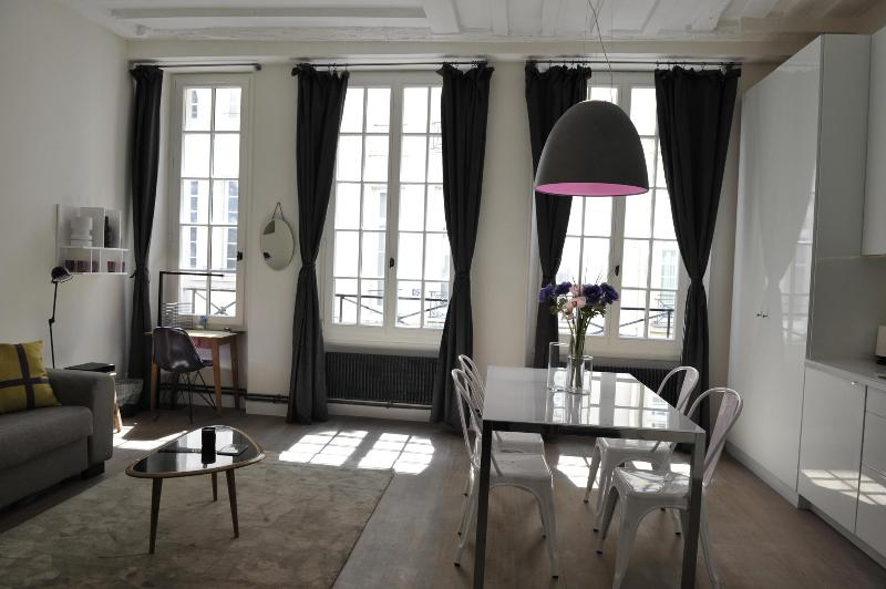 Living room - 3 windows - Beautiful apartment -Ile Saint Louis-A/C-Free wifi - 4th Arrondissement Hôtel-de-Ville - rentals