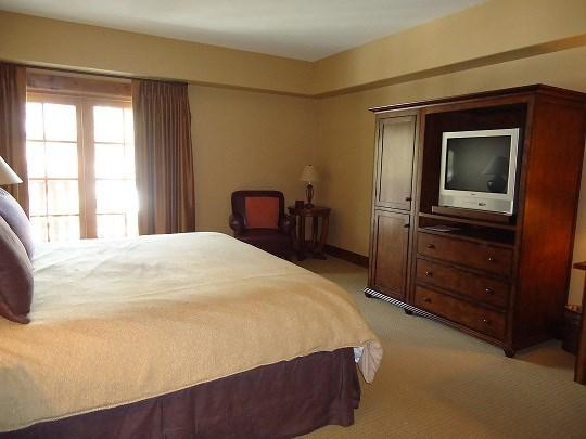 king bed with balcony - Lodge 306 - Hotel Room with King Bed and Outdoor Balcony. Sleeps 2. WIFI. - Tamarack Resort - rentals