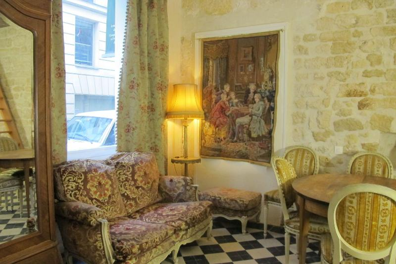 Living Room - Ben Franklin's Salon in the center of Paris - 1st Arrondissement Louvre - rentals