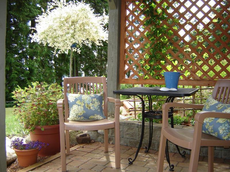 Starfish outdoor patio. A popular spot in summer with ocean breezes and sunshine. - Ocean views from Starfish Suite at Baywood House - Courtenay - rentals