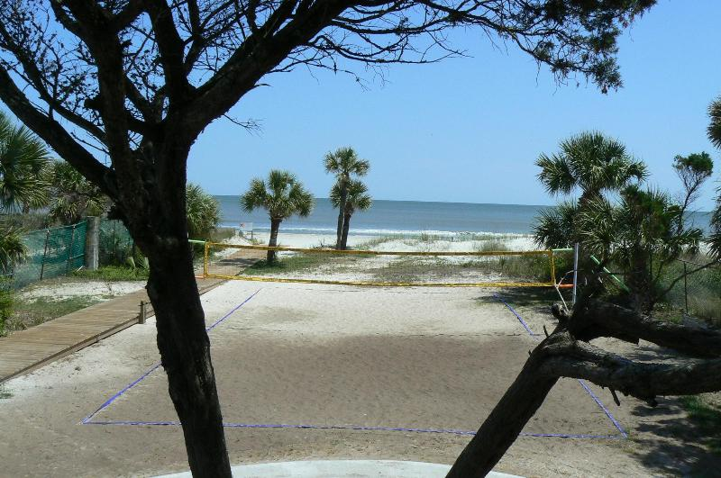 Beach volleyball at Coco\'s Cabana - Off-Season Rates for the Fall - Hilton Head - rentals