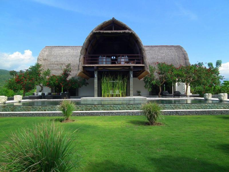 Bali Villa Shanti front - A stunning architect designed contemporary villa, set right on the beach of Lovina in Northern Bali. - Lovina Beach - rentals