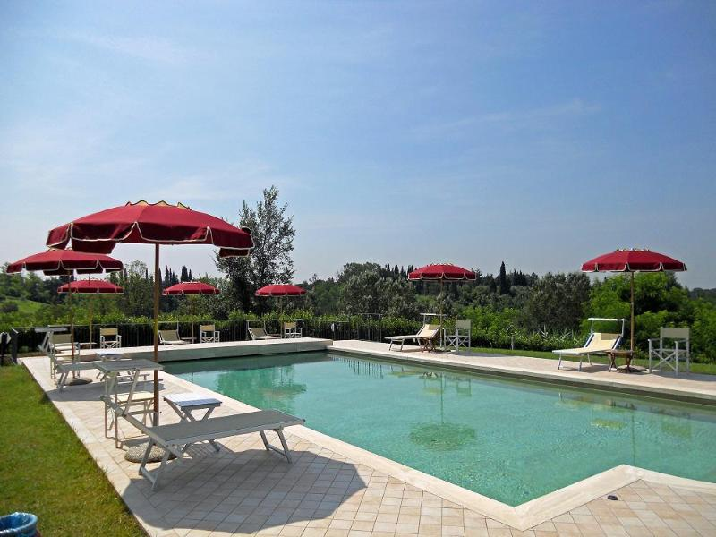 The shared pool is in a fantastic position. Enjoy the outstanding views of the green valley! - Villa Maura in Tuscany: pool, private garden & BBQ - Fucecchio - rentals