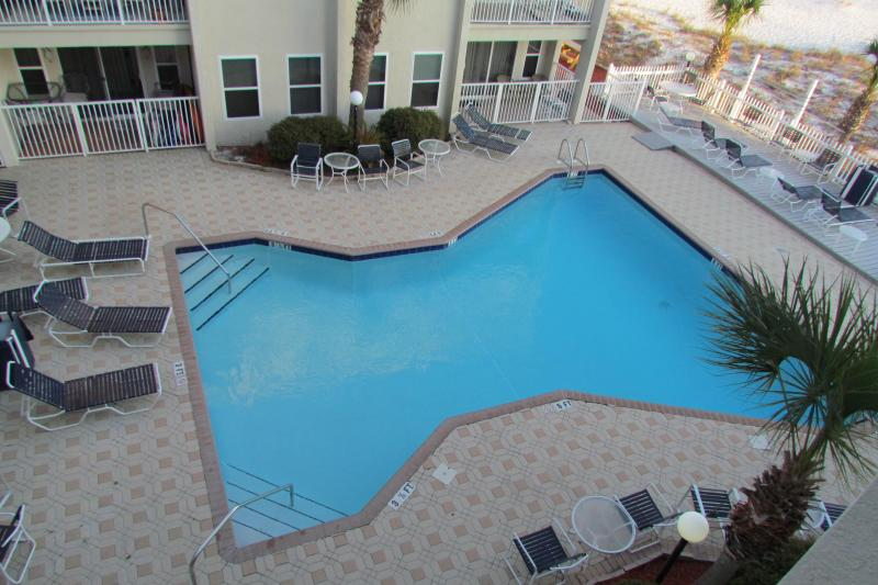 Great pool with grills, umbrellas and chairs & tables - Right on the beach/Gulf Front 2 broom 2 bath - Forest Home - rentals