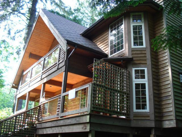 Front and side of house - 3 bdrm + den Bowen Island Nr Ferry - Sleeps 2 - 7 - Bowen Island - rentals