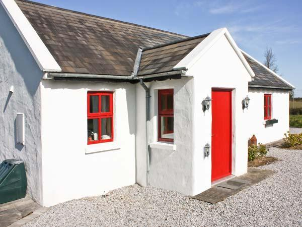 HAWTHORNS, pet friendly, country holiday cottage, with a garden in Terryglass, County Tipperary, Ref 4673 - Image 1 - Terryglass - rentals
