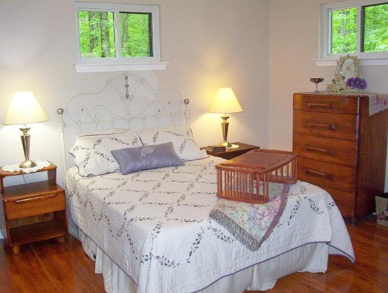 Bedroom with Full Size Bed and Luxury Linens; Dresser and 2 Night Stands; Full Closet in Bathroom - CYCLER'S REST-Leiper's Fork - Franklin -Nashville - Leiper's Fork - rentals