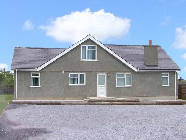 CAER FELIN BUNGALOW, family friendly, country holiday cottage, with a garden in Rhosneigr, Ref 8321 - Image 1 - Rhosneigr - rentals