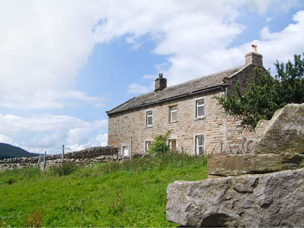 HIGH SMARBER, family friendly, country holiday cottage, with a garden in Low Row Near Reeth, Ref 8823 - Image 1 - Reeth - rentals