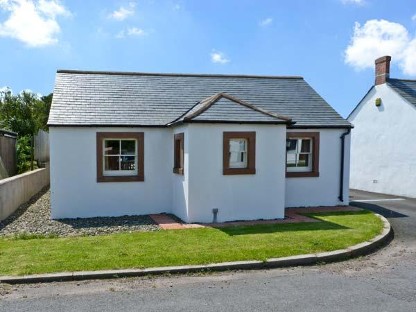 ROBIN RIGG VIEW, family friendly, country holiday cottage, with a garden in Ruthwell, Ref 8812 - Image 1 - Ruthwell - rentals
