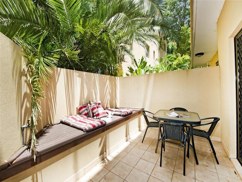 Outside courtyard& BBQ dining area - Bondi Beach Garden Apartment with Secure Parking - Bondi - rentals