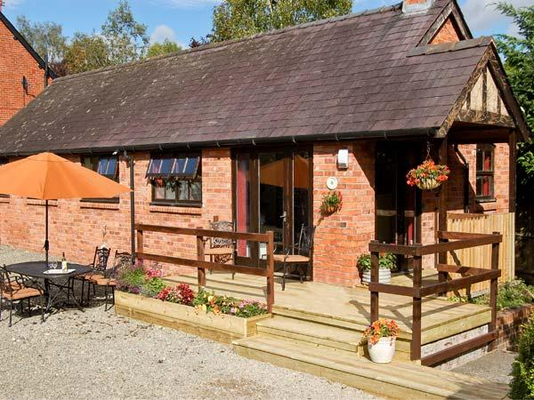 CLOVER COTTAGE, pet friendly, country holiday cottage, with pool in Bishops Castle, Ref 9765 - Image 1 - Bishops Castle - rentals