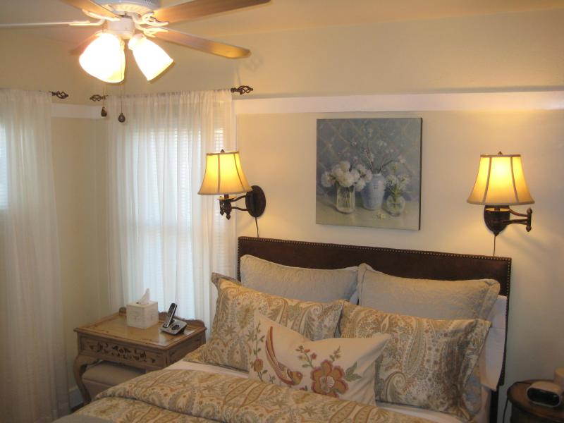 Romantic bedroom with queen size bed - An Elegant Retreat in Belmont Shore - Long Beach - rentals