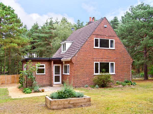 THE CHALET, pet friendly, country holiday cottage, with a garden in Avon Heath Country Park, Ref 6108 - Image 1 - Saint Ives - rentals