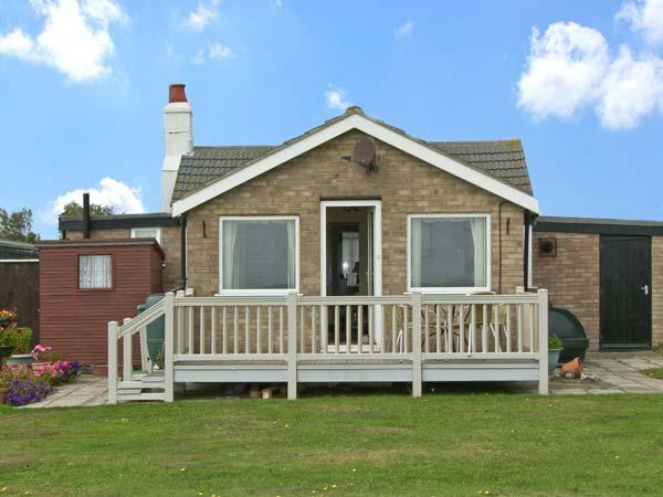 MOONSTONE, pet friendly, with a garden in Scratby, Ref 10120 - Image 1 - Hemsby - rentals