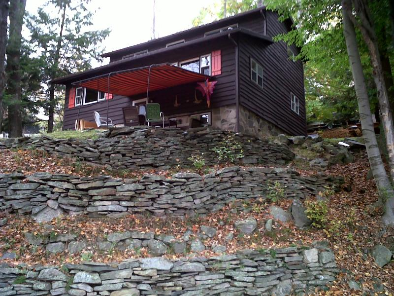 Front view in autumn - CLEAN 4BR/2BA,FP& FIRE PIT,WIFI,BOAT SLIP,AC,POOL - Lake Wallenpaupack - rentals