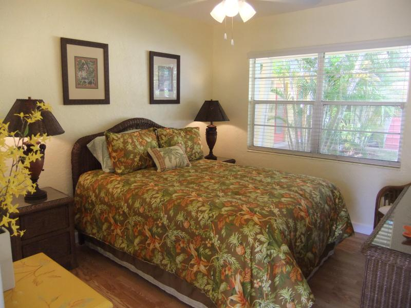 Quality queen size bed w Tommy Bahama linens. - SEPT SPECIAL! REDUCED to $700/WK Ebb Tide Villa #3 - Siesta Key - rentals