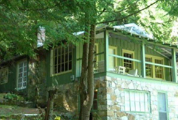 Beautiful setting under the Hemlocks on the hillside - Romantic Daisy Cottage, hot tub, fireplace, porch - Hendersonville - rentals