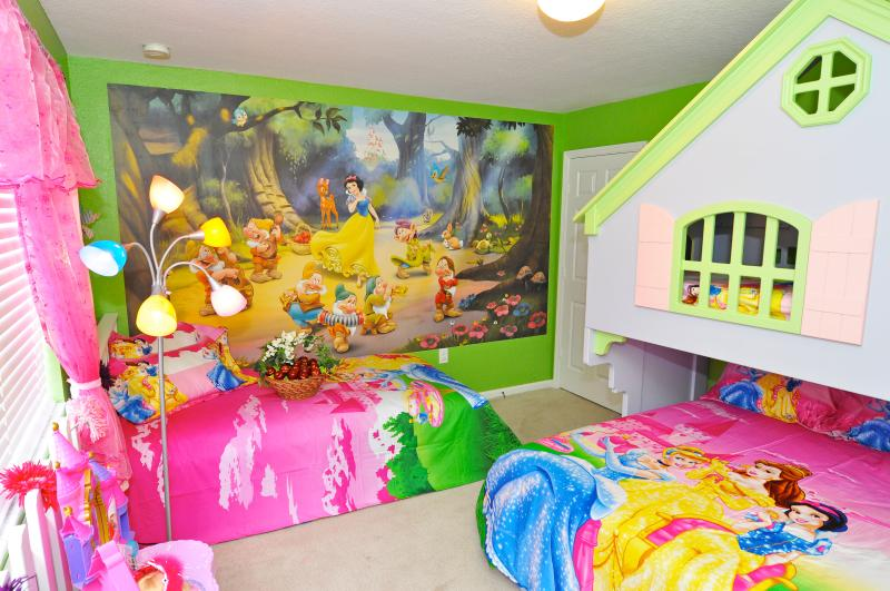 Snow white princess theme room with dollhouse bunkbed. Can sleep up to 4 princess.  - Snow White Magical Villa in Windsor hill - Kissimmee - rentals