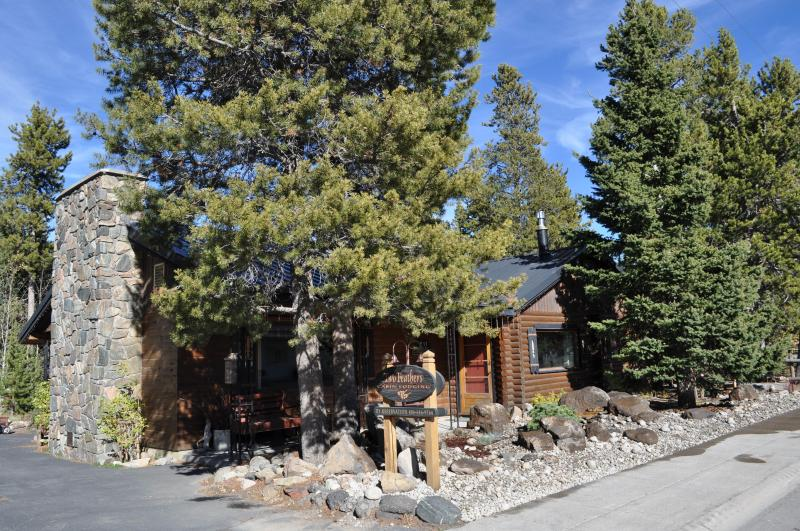 Spread out in a beautifully furnished Cabin Home - Two Feathers Cabin ~ a jewel at forests edge - West Yellowstone - rentals