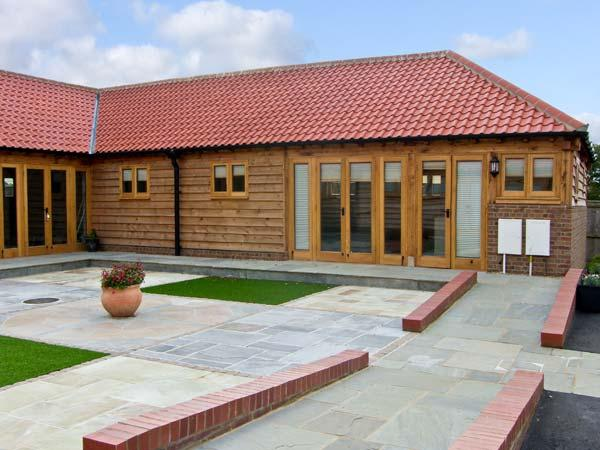 5D HIDEWAYS, family friendly, character holiday cottage, with a garden in Hunstanton, Ref 8748 - Image 1 - Hunstanton - rentals