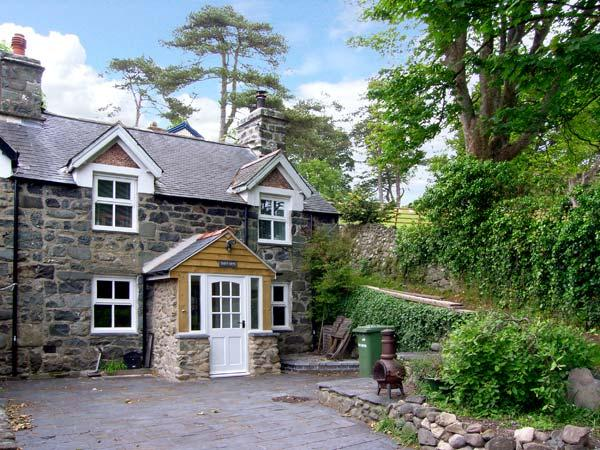 TAN Y BRYN, family friendly, character holiday cottage, with a garden in Llwyngwril, Ref 7923 - Image 1 - Llwyngwril - rentals