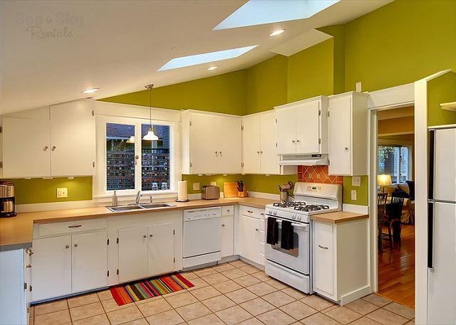 Gorgeous Greenlake Cottage- Fully Furnished, Accommodates up to - Tres chic little Greenlake cottage perfect for an urban holiday! - Seattle - rentals