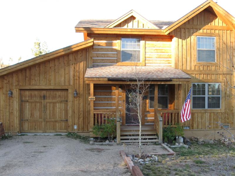 Front of the house - Cozy Grand Lake Cottage, Sleeps 8 -3 bed, 2.5 bath - Grand Lake - rentals