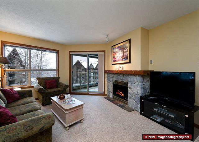 Living Room - Aspens, prime ski-in, ski-out, 2 bdrm with bright pool view, BBQ & AC - Whistler - rentals