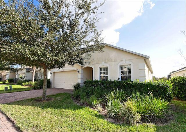 Front View - VILLA BONITA: 4 Bedroom Home with 2 Separate Living Areas - Davenport - rentals