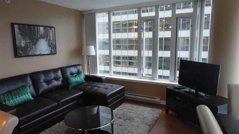 Living Room with Floor to Ceiling Windows - 2 bedroom Condo w/ Parking  Downtown Vancouver BC - Vancouver - rentals