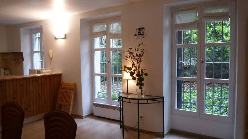 dining area, looking towards kitchen - Cinema Verité - 6th Arrondissement Luxembourg - rentals