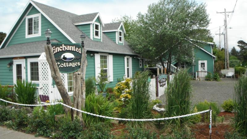 Enchanted Cottages, Serendipity in the front, Hollyhock and Captain's in the back - Three cozy vacation cottages - Long Beach WA Coast - Long Beach - rentals