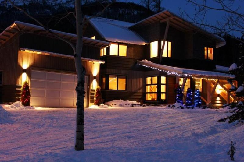 Street view - An early winter evening on Canyon Trail. - Alpine Creek Guest Suite - Fernie - rentals