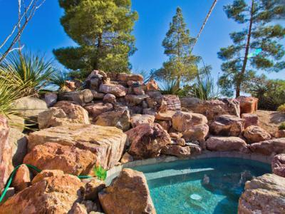 Oversized in-the-rocks hot tub - 2.5 acres with Hot Tub - 7 miles to Joshua Tree - Yucca Valley - rentals