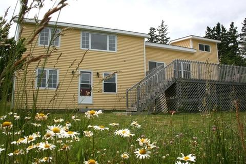 Overlooking the bay, Harbor House is the perfect base from which to explore Nova Scotia's South Shore. - Harbor House in West Green Harbour, Nova Scotia - Lockeport - rentals
