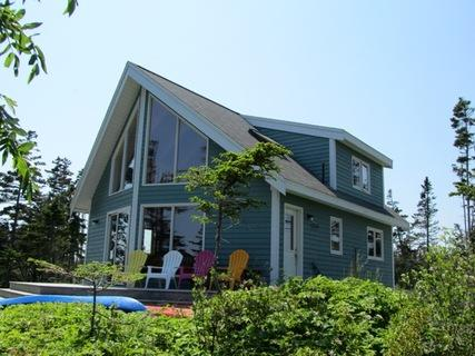 Ragged Island Retreat lies on the waters's edge at the end of a private wooded road. Totally seculded, on a peninsula with panoramic views over a protected inner bay that can't be reached by public road. - Ragged Island Retreat in Rockland, Nova Scotia - Rockland - rentals