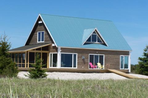 Sanderling Beach House is located at the end of Louis Head Beach in Shelburne County. The beach is practically deserted all the time - its the perfect spot for a Nova Scotia family vacation. - Sanderling: Nova Scotia Beach House at its best - Shelburne - rentals
