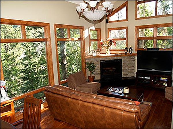 Large Sunny Living Room with Large Screen HDTV - Stunning Luxury Vail Home - Pine Forest Setting (7799) - Vail - rentals