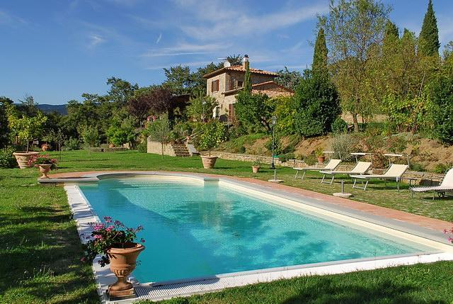 swimming pool and sun deck with loungers - GIUSI & DARIO'S: a dream cottage in Tuscany - Cortona - rentals