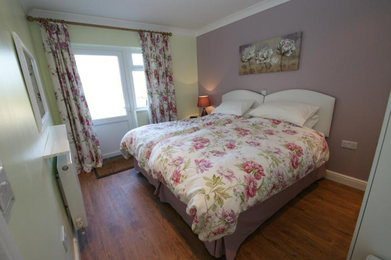 master bedroom superking bed - 2 bed contemporary cottage, The Lodge @ Fen-Acre - Peterborough - rentals