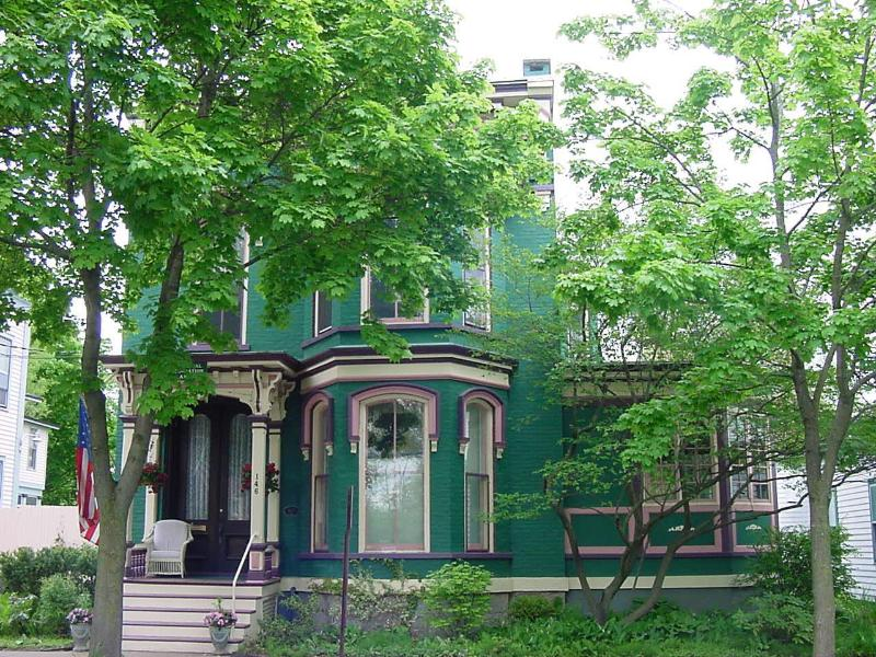 Restored Victorian - the ANNEX Historic in-town privacy w all Amenities - Saratoga Springs - rentals