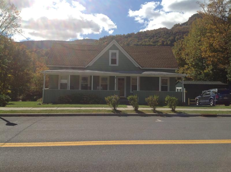 Classic American House on Main St - Walk to Hunter Mountain Ski Slopes - sleeps 12 - Hunter - rentals