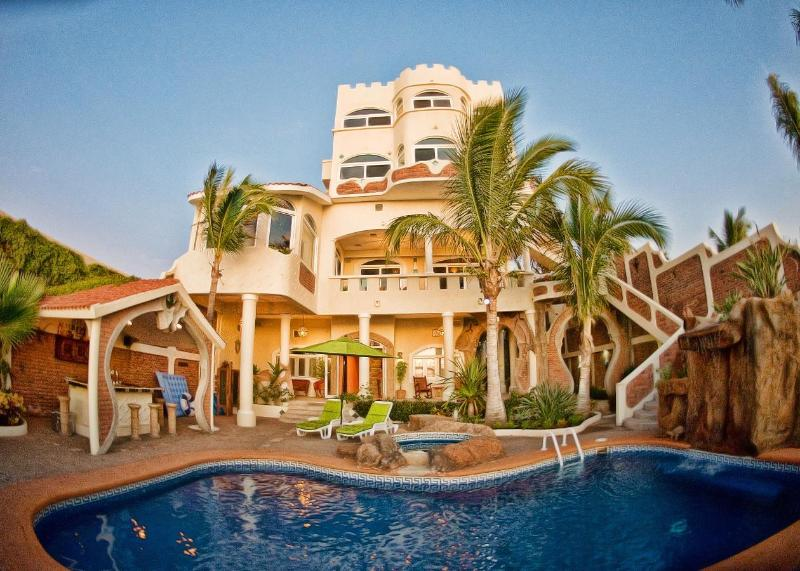 Outdoor living, with heated pool, Jacuzzi, outdoor shower, kitchen/bar - Sandcastle Villa Private Beachfront Resort - Mazatlan - rentals