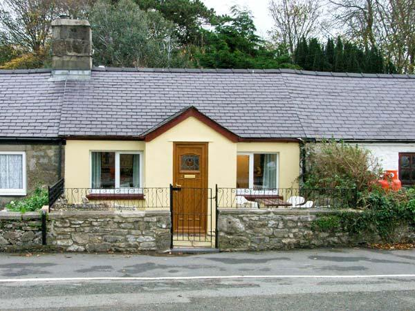 2 TYN LON COTTAGES, family friendly, with a garden in Beaumaris, Ref 12132 - Image 1 - Beaumaris - rentals