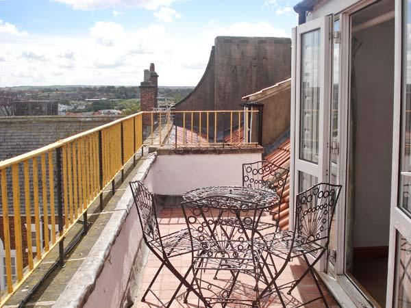 THE CAPTAIN'S HIDEAWAY, pet friendly, character holiday cottage in Whitby, Ref 12116 - Image 1 - Whitby - rentals