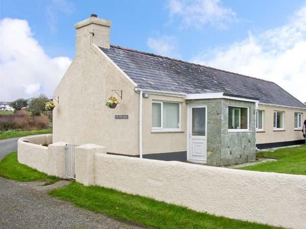 CAE CWTA BACH, family friendly, country holiday cottage, with a garden in Llangefni, Ref 11773 - Image 1 - Llangefni - rentals