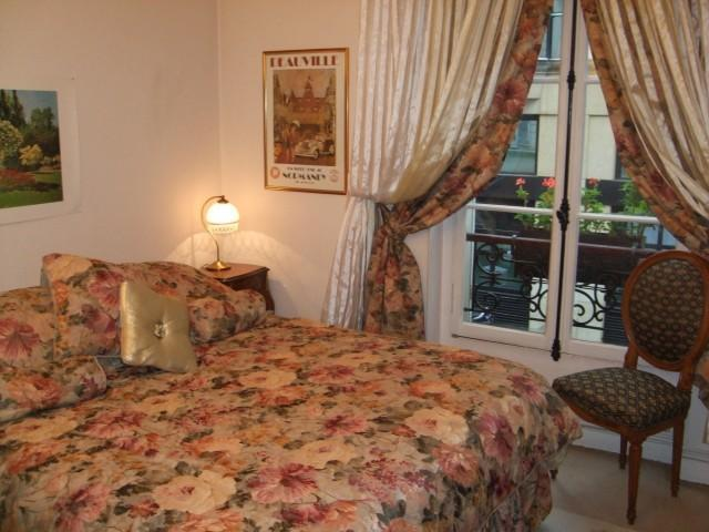 Queen size Beautyrest mattress - 1-Bedroom Eiffel Tower Apartment - 7th Arrondissement Palais-Bourbon - rentals