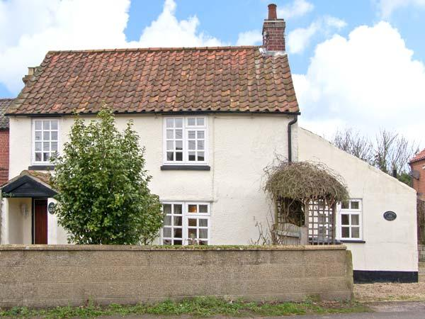 HOLLYHEDGE COTTAGE, pet friendly, country holiday cottage, with a garden in Briston, Ref 12091 - Image 1 - Briston - rentals